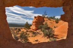 Landschaft von einem Steinfenster. Lizenzfreie Stockfotos