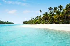 Landschaft von einer Fuß Insel im Aitutaki-Lagunen-Koch Islands stockbild