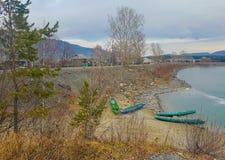 Landschaft von Fluss mit Booten Lizenzfreie Stockfotos