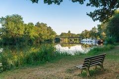 Landschaft von Fluss- und Touristenbooten am Jachthafen und an Bank zu sitzen und sich zu entspannen stockfotos
