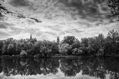 Landschaft von Fluss und von Bäumen stockfotografie