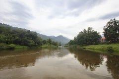 Landschaft von Fluss und von bewölktem Himmel; Dorf Khiriwong Fuit, Nakhon-Si Thammarat Thailand Lizenzfreies Stockfoto