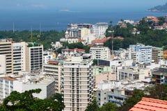 Landschaft von Gebäuden, von Meer und von Insel stockbilder