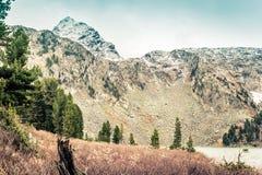 Landschaft von Gebirgstälern und -klippen lizenzfreies stockfoto