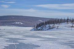 Landschaft von gefrorenem See Khovsgol in Mongolei mit Gebirgszug in Mongolei Lizenzfreies Stockfoto