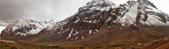 Landschaft von großen Bergen Stockbild