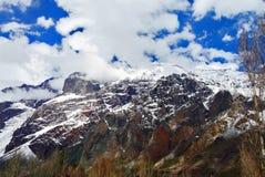 Landschaft von großen Bergen und von Wolken Stockfoto