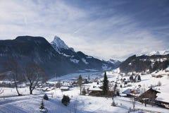 Landschaft von Gstaad in der Schweiz, mit Schnee im Winter Lizenzfreies Stockbild