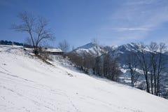 Landschaft von Gstaad in der Schweiz, mit Schnee im Winter Lizenzfreie Stockfotografie