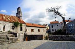 Landschaft von Häusern mit roten Dächern und kleinen Fenstern in Monteneg Lizenzfreie Stockfotos