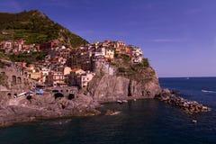 Landschaft von Manarola, Cinque Terre, Italien-Ufergegend Lizenzfreies Stockfoto