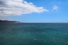 Landschaft von Meer mit Bergen lizenzfreie stockbilder