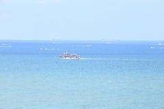 Landschaft von Meer mit Boot und blauem Himmel, Pattaya Thailand Stockfoto
