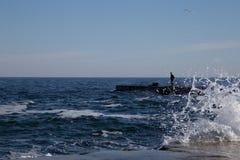 Landschaft von Meer mit einer Zahl eines Mannes Lizenzfreie Stockfotografie