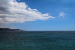 Landschaft von Meer am Strand mit Berg stockfoto