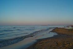Landschaft von Meer, Strand, Sonnenuntergang in Meer, roter Himmel, brennender Sonnenuntergang Lizenzfreies Stockbild