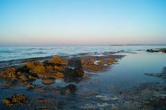 Landschaft von Meer, Strand, Sonnenuntergang in Meer, roter Himmel, brennender Sonnenuntergang Lizenzfreie Stockfotos