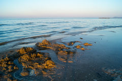 Landschaft von Meer, Strand, Sonnenuntergang in Meer, roter Himmel, brennender Sonnenuntergang Lizenzfreie Stockfotografie