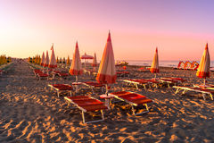 Landschaft von Meer, Strand, Sonnenuntergang in Meer, roter Himmel, brennender Sonnenuntergang stockfoto