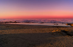 Landschaft von Meer, Strand, Sonnenuntergang in Meer, roter Himmel, brennender Sonnenuntergang stockfotos