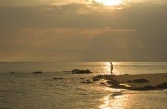 Landschaft von Meer und von bewölktem Himmel, der Sonnenstrahlnglanz auf Meerwasser und Strand im Morgen hat Lizenzfreie Stockbilder
