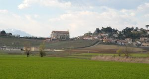 Landschaft von Monti Berici mit unfertiger Kirche Stockfoto