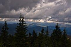 Landschaft von Radocelo-Berg mit dunklen Wolken vor einem Sturm Lizenzfreie Stockfotos