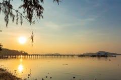 Landschaft von Rawai-Pier mit Himmelsonnenaufgang, Phuket, Thailand Dieser Platz ist eine erstaunliche Sonnenaufgangstelle Hafenb stockfotografie