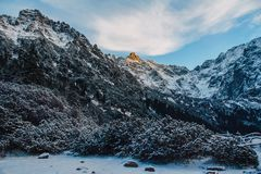 Landschaft von Schnee-mit einer Kappe bedeckten Spitzen der felsigen Berge im sonnigen Wetter Das Konzept der Natur und der Reise stockfotografie