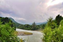 Landschaft von schnellem Fluss Malaya Laba stockfotos
