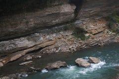 Landschaft von schnellem Gebirgsfluss Stockbild