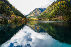 Landschaft von See im Wald mit bunten Blättern und Berg im Herbst Lizenzfreie Stockfotografie
