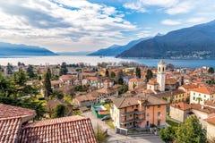 Landschaft von See Maggiore mit Maccagno, Italien Stockfotografie