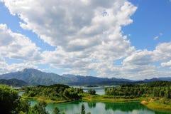 Landschaft von See und von Bergen Stockfotos