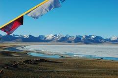 Landschaft von See und von Bergen mit Gebetmarkierungsfahnen Lizenzfreies Stockfoto