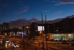 Landschaft von Skylinen Quitos Ecuador mit dem Autobewegen lizenzfreies stockbild