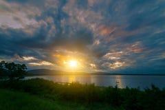 Landschaft von Sonnenaufgang scence im See mit Himmel und Wolken Lizenzfreies Stockfoto