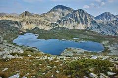 Landschaft von Spitzen Kamenitsa und Yalovarnika und von Tevno See, Pirin-Berg stockfotografie