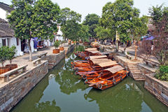 Landschaft von Tongli Watertown mit traditionellen Booten und altem hou Stockfotos