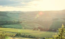 Landschaft von Toskana-Hügeln mit Blendenfleck Stockfotografie