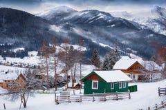 Landschaft von traditionellen Holzhäusern auf dem Hochgebirge bedeckt lizenzfreies stockbild