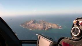 Landschaft von weißer Insel in der Ozeanpanoramaansicht vom Hubschrauber in Neuseeland stock video footage