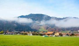 Landschaft von Wilderswil-Dorf morgens lizenzfreies stockfoto