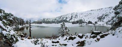 Landschaft von Wintersee mit Schnee und Eis Lizenzfreies Stockfoto
