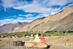 Landschaft von Zanskar-Tal, Stongde-Kloster kann in den Hintergrundhügeln, Zanskar, Ladakh, Jammu und Kashmir, Indien auch gesehe Stockbilder