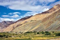 Landschaft von Zanskar-Tal, Stongde-Kloster kann in den Hintergrundhügeln, Zanskar, Ladakh, Jammu und Kashmir, Indien auch gesehe Lizenzfreie Stockbilder