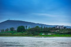 Landschaft vor Regen in Jialings-Fluss stockfoto