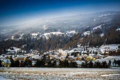 Landschaft weniger Stadt im Hochgebirge bei Österreich stockbild