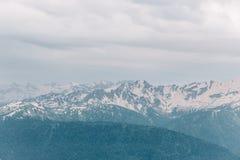 Landschaft, wolkiges Wetter, hohe Bergspitzen mit Schnee Reise, der im Freien Konzept Tätigkeiten Stockbild