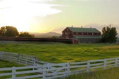 Landschaft - Zaun, der eine Ranch umgibt lizenzfreies stockbild